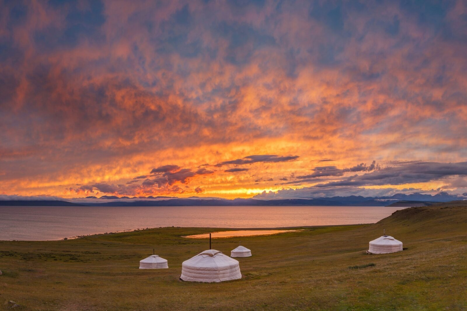 モンゴルの大草原の夕暮れ 湖とゲルのある風景