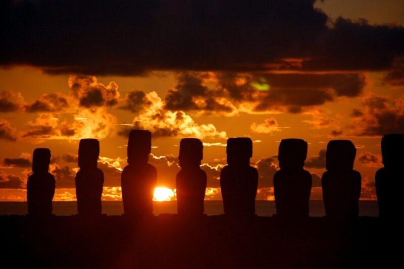 イースター島のモアイ像と朝日
